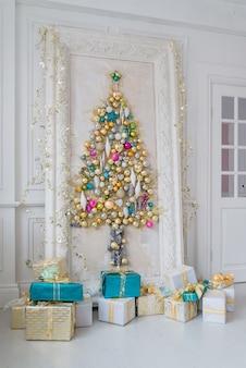クリスマスに飾られた美しいインテリアのリビングルーム。