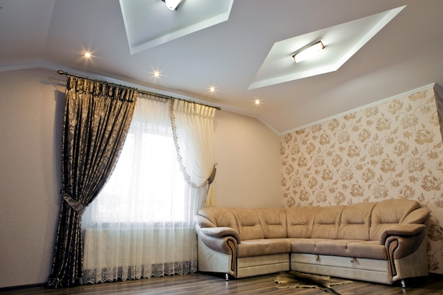ソファ付きのリビングルームの美しいインテリア。背景