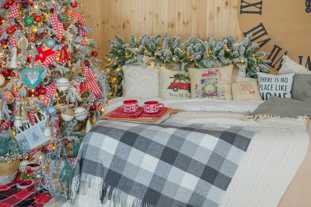 크리스마스 트리와 장식 크리스마스 침실의 아름다운 인테리어