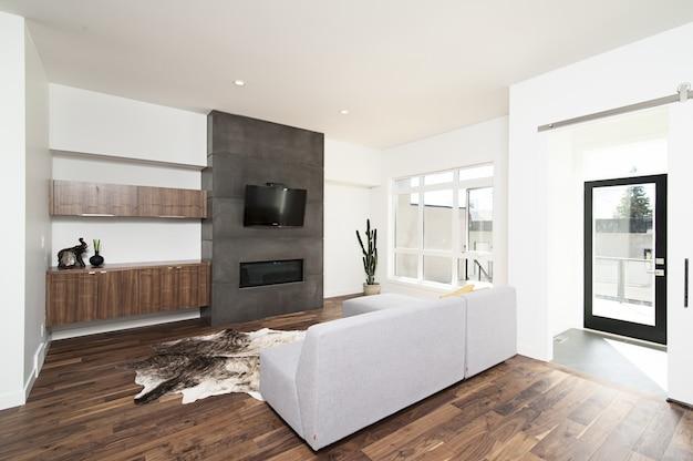 Красивый интерьер выстрел из современного дома с белыми расслабляющими стенами и мебелью и техникой