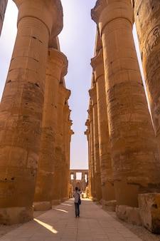 エジプトで最も美しい寺院の1つに柱がある美しいインテリア。