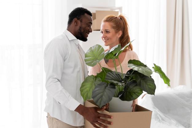 移動する準備をしている美しい異人種間のカップル