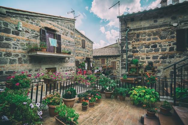 イタリアの旧市街の美しいイタリアの通り。