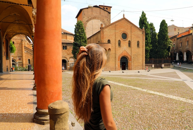 美しいイタリア。イタリアの古い中世の町を訪れる魅力的な女性。夕暮れ時のボローニャ市の美しい景色を楽しむ女性。