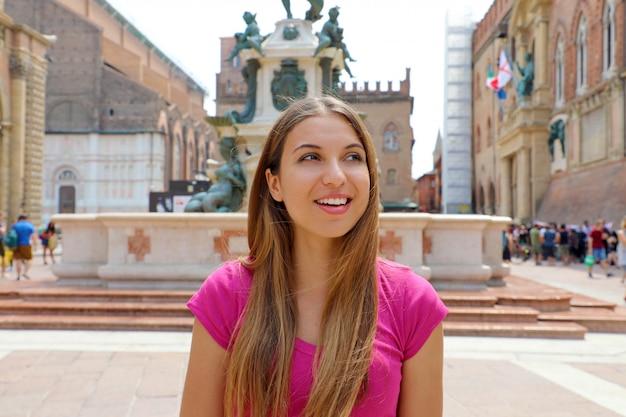 Прекрасная италия. портрет довольно улыбающейся девушки в городе болонья, италия.