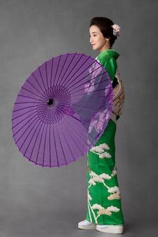 보라색 우산을 쓴 아름다운 일본 모델