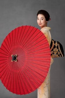 빨간 우산을 쓴 아름다운 일본 모델