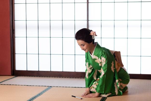 Красивая японка в зеленом кимоно