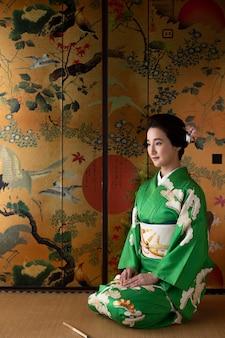 녹색 기모노를 입은 아름다운 일본 여성