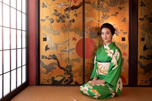 緑の着物姿の美しい日本人女性