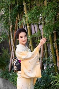 Красивая японка в кимоно на открытом воздухе