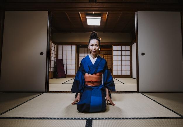 Красивая японская женщина в традиционном японском доме