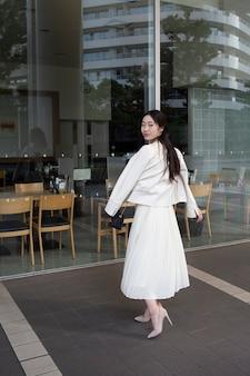 Красивая японка в белой юбке