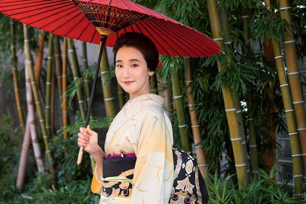 コピースペースを持つ着物の美しい日本人女性