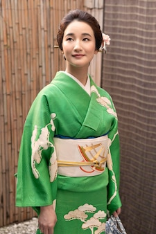 Bella donna giapponese in kimono all'aperto