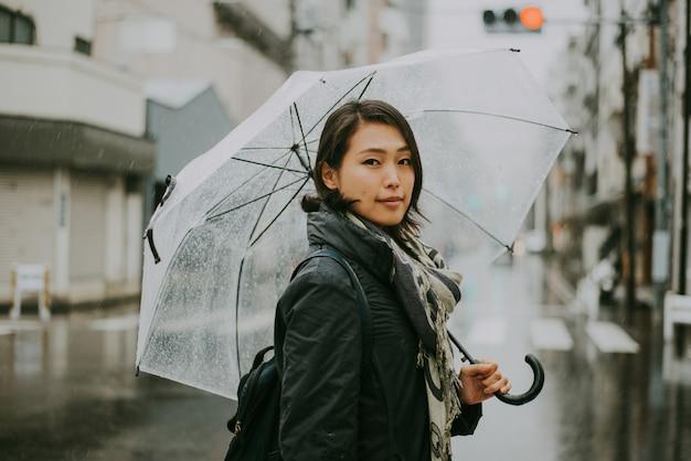 美しい日本人女性、路上でのライフスタイルの瞬間