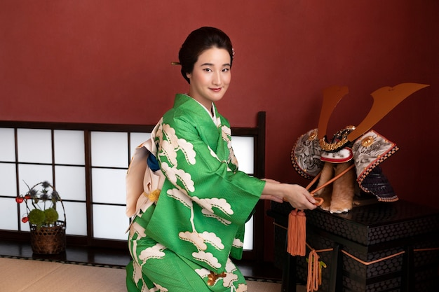 Красивая японка рядом с традиционным объектом