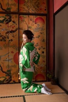 Bella donna giapponese che indossa un obi