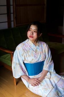 Красивая японка в традиционном кимоно