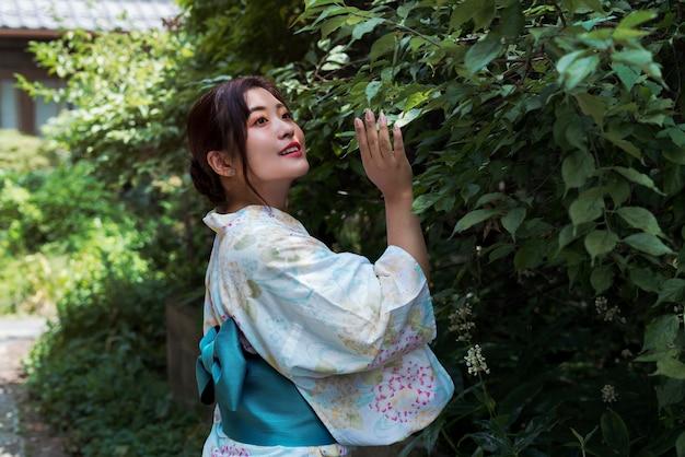 Bella donna giapponese che indossa un kimono tradizionale