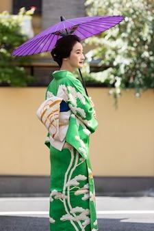 보라색 우산을 든 아름다운 일본 여성