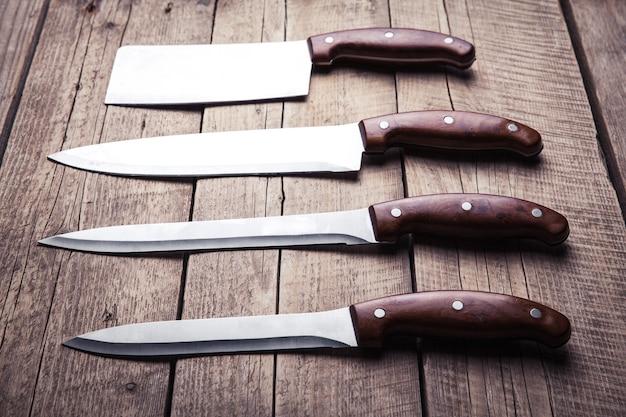 古いテーブルの上に、木製の柄が付いた美しいナイフ。