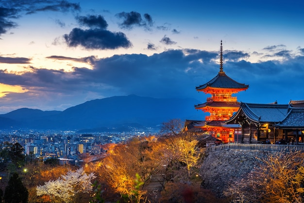 Bella città e tempio di kyoto al crepuscolo, giappone.