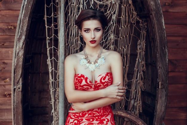 식당에서 빨간 드레스에 아름 다운 아가씨입니다.