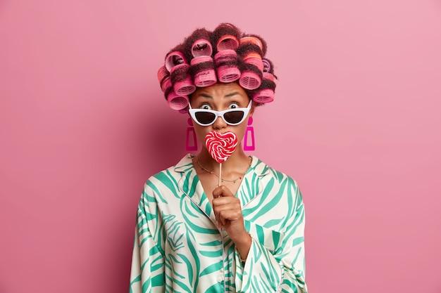 고립 된 머리카락 curlers을 입고 아름 다운 아가씨