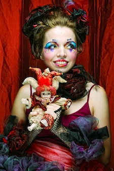 Красивая дама с художественным макияжем. кукольный стиль.