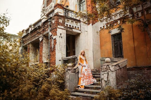 중세 드레스에 금발 머리를 가진 아름다운 아가씨