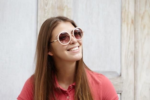 長い髪型の残りのある美しい女性、うれしそうな夢のような表情で横向き