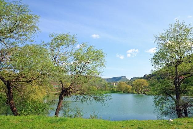 背後にある美しい湖と春の岩山(クリミア半島、ウクライナ)