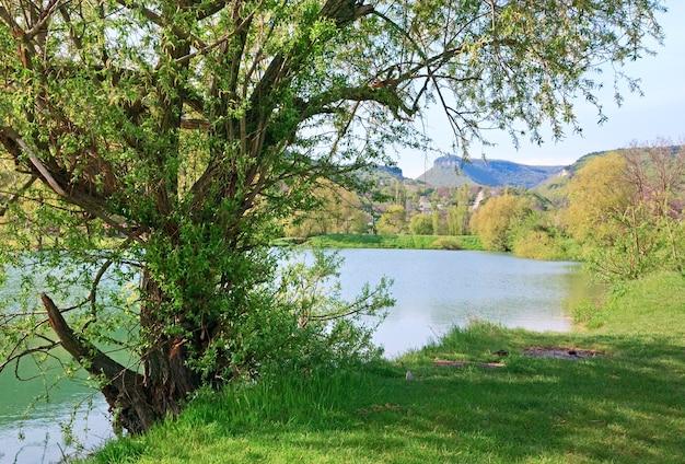 背後にある美しい湖と春の岩の山(クリミア、ウクライナ)