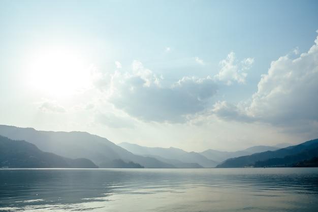 美しい湖と夕日。ロマンスとアクティブなライフスタイルの概念