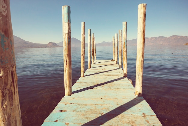 Красивое озеро атитлан и вулканы в высокогорье гватемалы, центральная америка