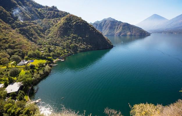 中央アメリカ、グアテマラの高地にある美しいアティトラン湖と火山