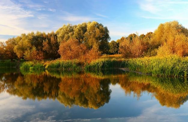 Красивое озеро осенью большого размера