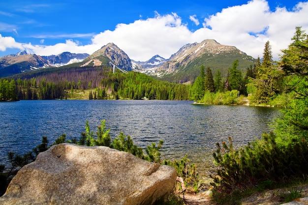 Красивое озеро в горах словакии