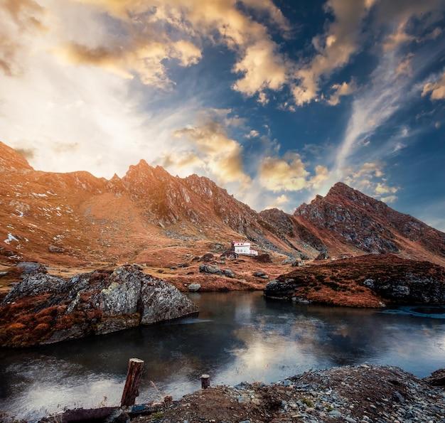 夕暮れ時のロッキー山脈の美しい湖