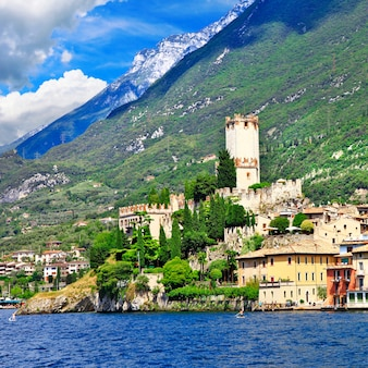 Красивое озеро лаго ди гарда, к северу от италии. вид с замком в мальчезине