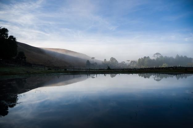 霧の日の美しい湖の風景。