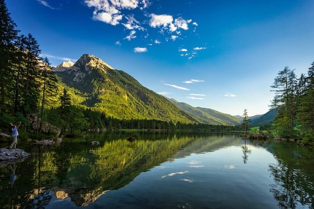 山の上の美しい湖