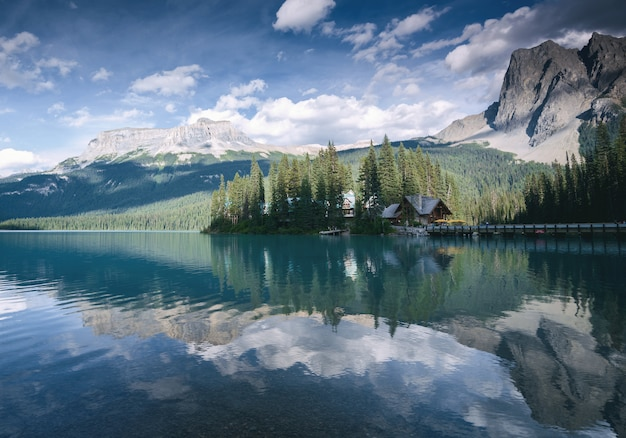 Beautiful lake and resort in yoho national park, british columbia, canada