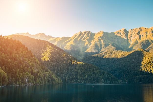 アブハジアのリツァ湖。森と湖の山の風景