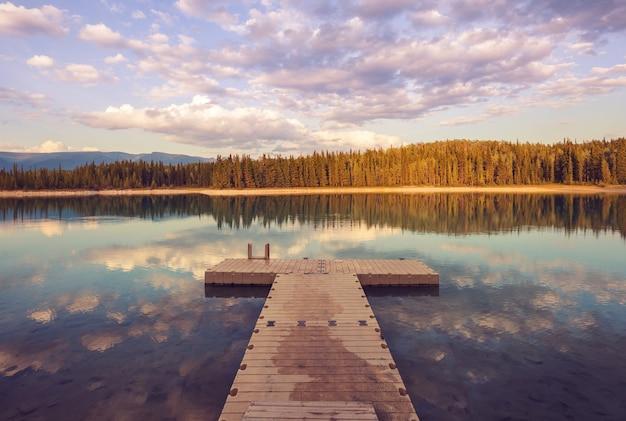 해돋이에 아름 다운 호수 장면입니다. 캐나다 브리티시 컬럼비아.