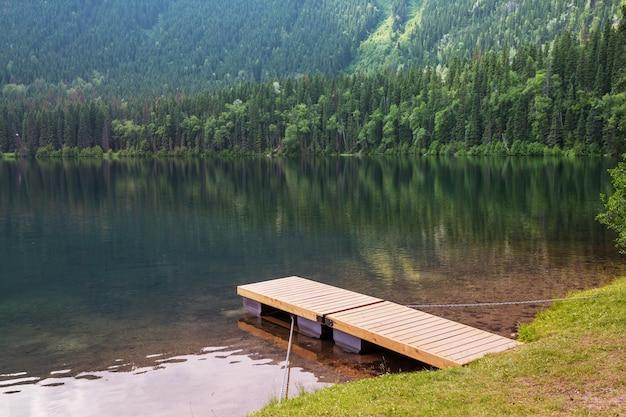 Красивое озеро на рассвете. британская колумбия, канада.