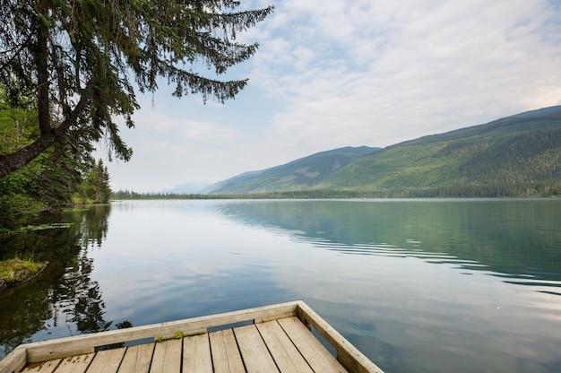 해돋이에 아름 다운 호수 장면입니다.