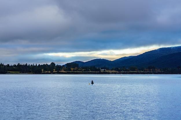 美しいテアナウ湖は、ニュージーランドの南島、ニュージーランドで2番目に大きい湖です。