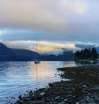 美しいテアナウ湖はニュージーランドで2番目に大きい湖で、朝は霧が発生します。ニュージーランドの南島